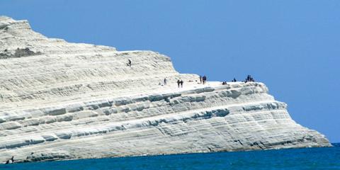 La Scala dei Turchi: un'accecante scogliera sul mare di Sicilia.